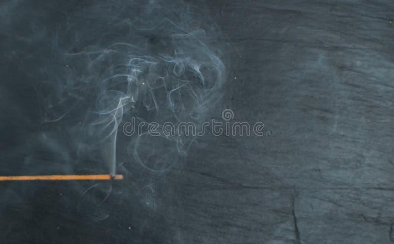 Varas de queimadura do aroma do incenso com fumo no fundo preto foto de stock royalty free