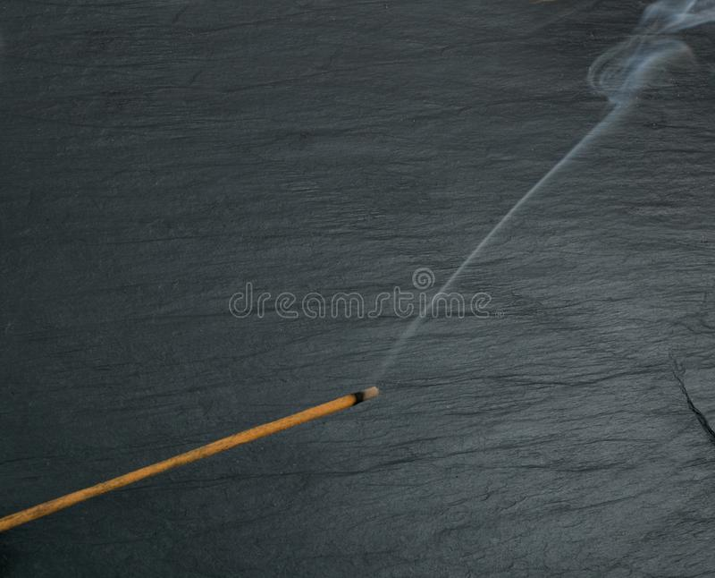Varas de queimadura do aroma do incenso com fumo no fundo preto fotos de stock royalty free