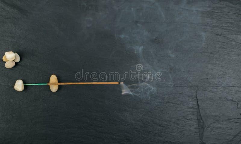 Varas de queimadura do aroma do incenso com fumo no fundo preto imagem de stock royalty free