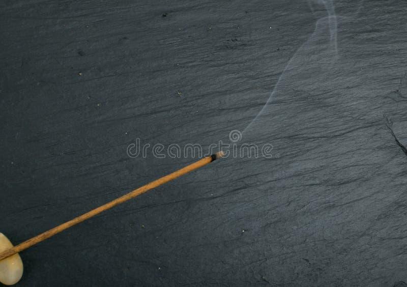 Varas de queimadura do aroma do incenso com fumo no fundo preto imagens de stock