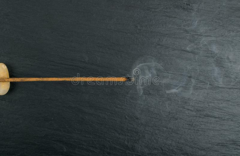 Varas de queimadura do aroma do incenso com fumo no fundo preto imagens de stock royalty free