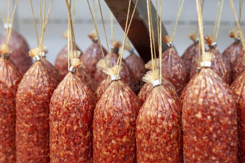 Varas de suspensão da salsicha fumado cru fotografia de stock