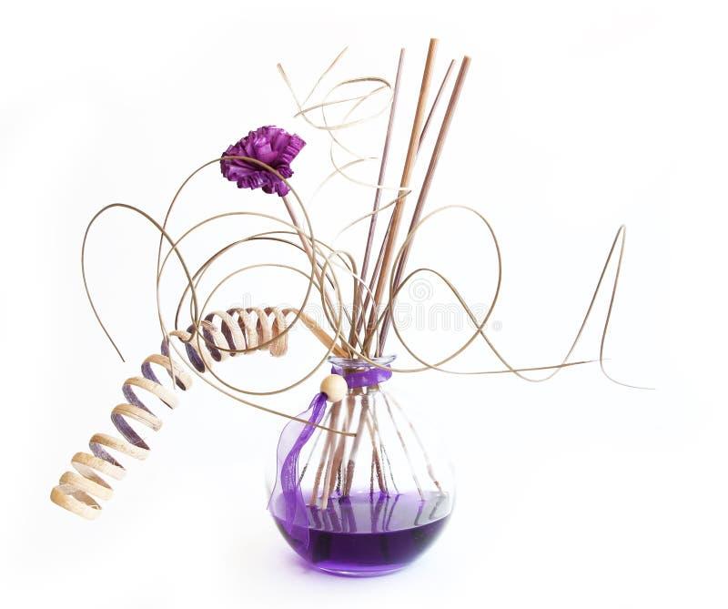 Varas do aroma no frasco com essência de alfazema foto de stock