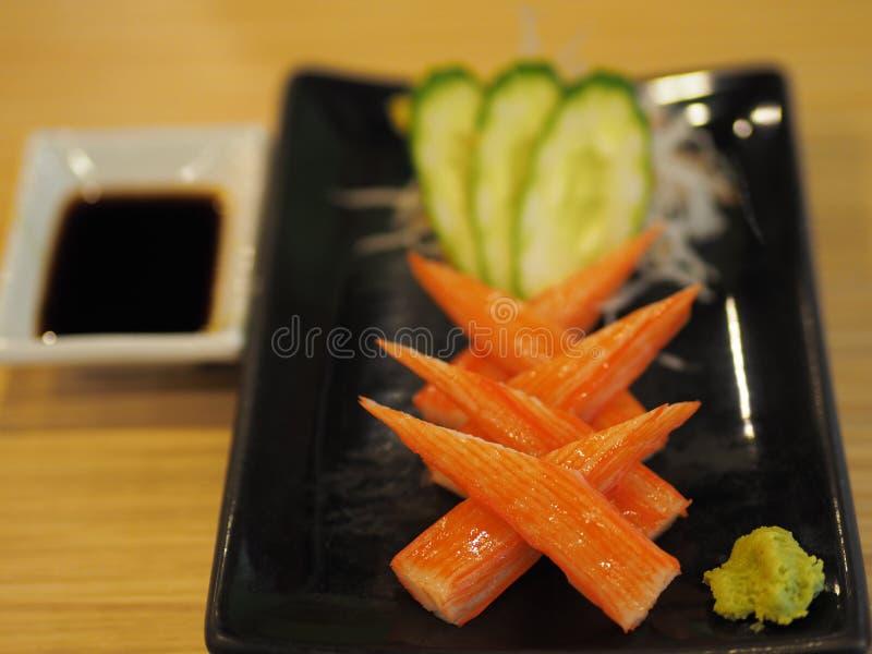 Varas do caranguejo no prato preto com wasabi foto de stock