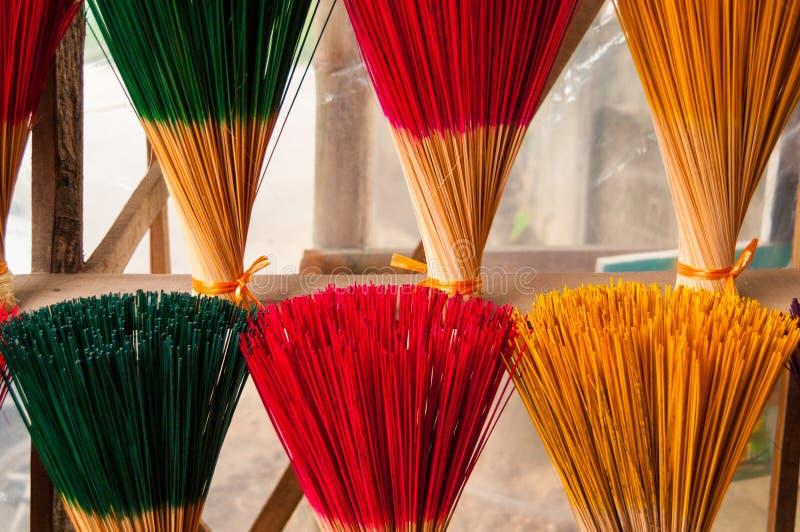 Varas do incenso em um templo em Ásia fotos de stock