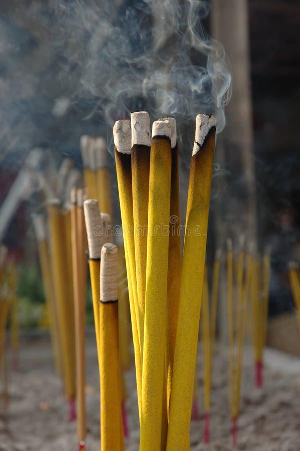 Varas do incenso em um templo chinês fotos de stock