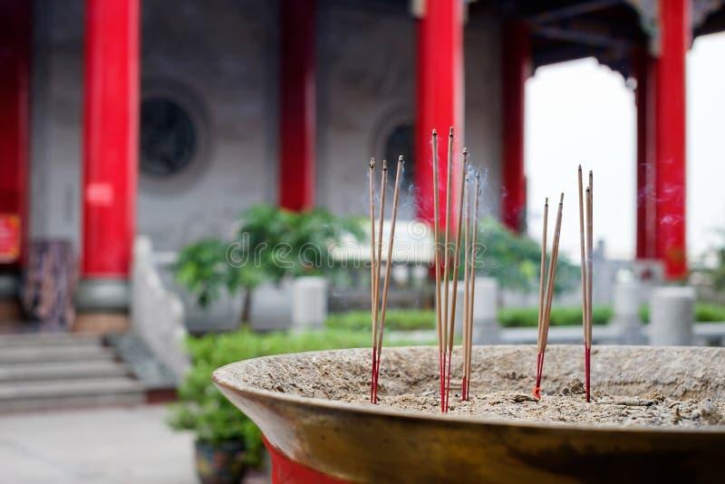 Varas do incenso no queimador de incenso imagem de stock