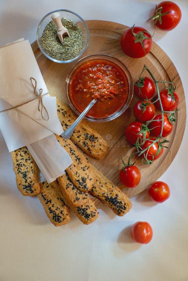 Varas e tomates de pão do sésamo imagens de stock royalty free