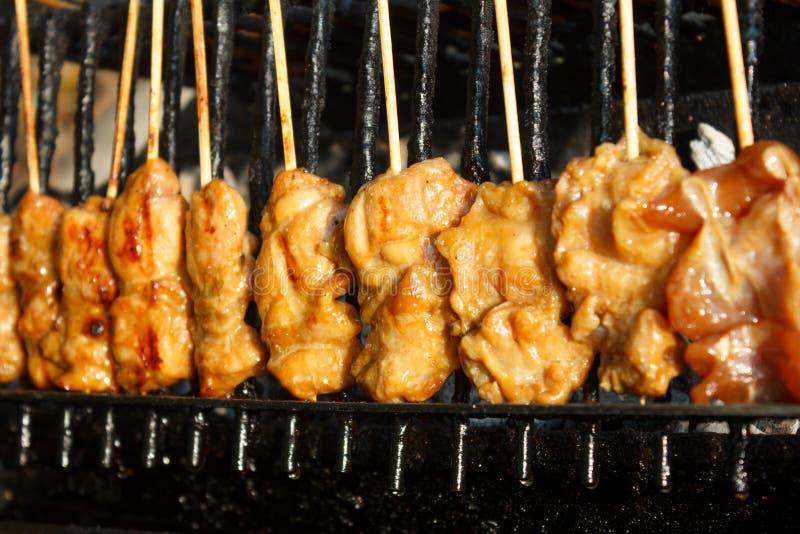 Varas grelhadas da galinha no fogão fotos de stock