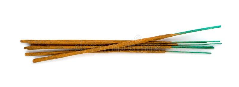 Varas indianas do aroma do incenso de Brown isoladas no fundo branco foto de stock