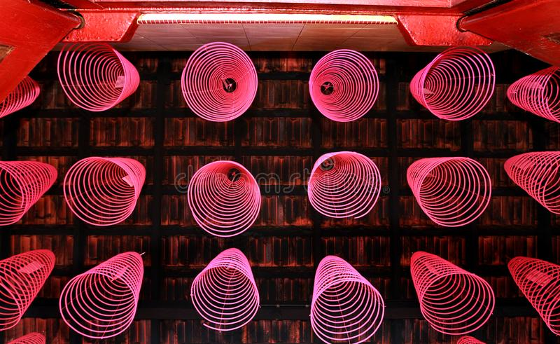 Varas ordenadamente arranjadas do incenso no templo chinês imagens de stock royalty free