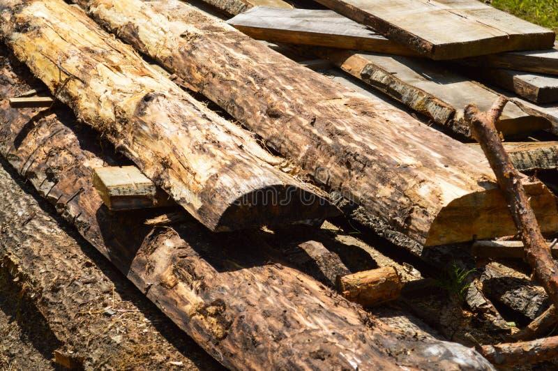 Varas, placas, logs de madeira de madeira connosco e serragem em ver industrial da serração das árvores Fundo, textura fotos de stock
