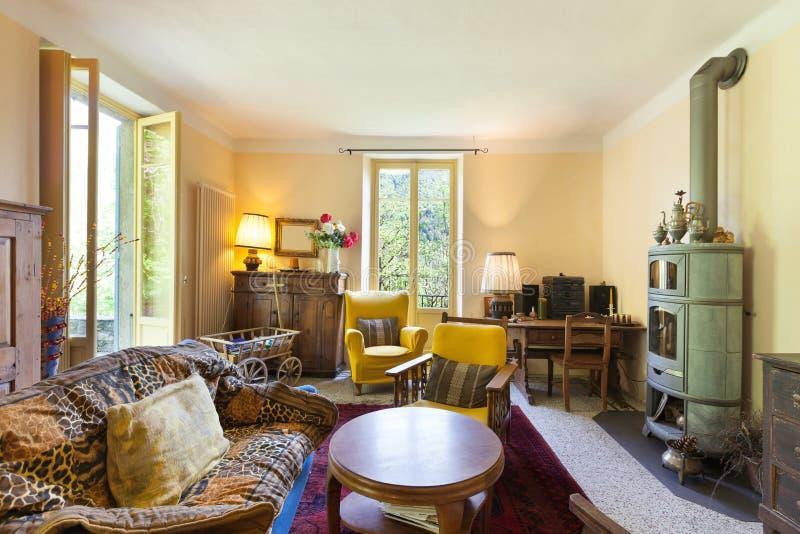 Vardagsrum av ett lantligt hem royaltyfri bild