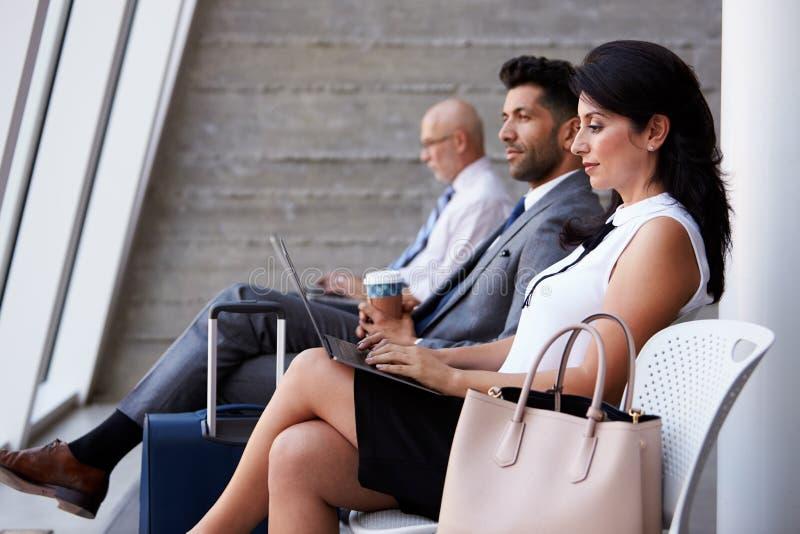 Vardagsrum för avvikelse för affärskvinnaUsing Laptop In flygplats royaltyfria foton