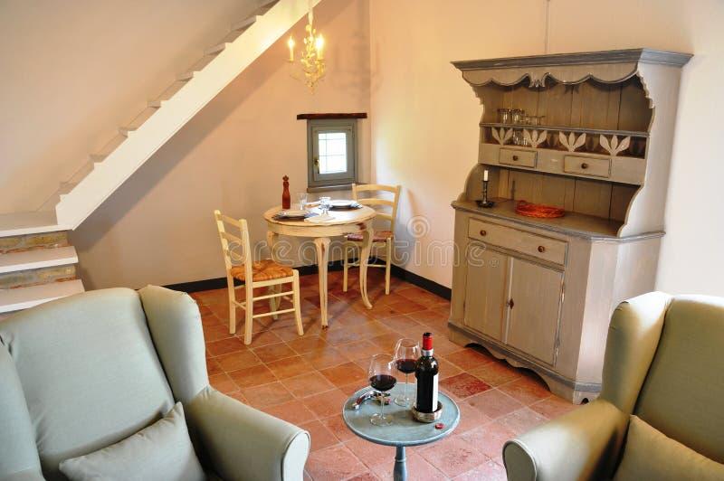 Vardagsrum för landsstil i ett italienskt hem arkivfoton