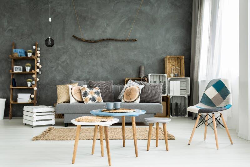 Vardagsrum i minimalistic stil arkivfoton