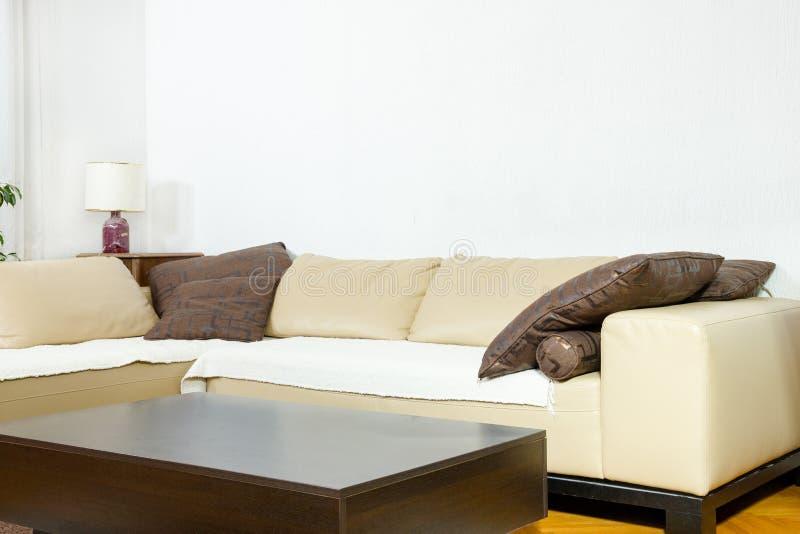 Vardagsrum i modern planlagd stil royaltyfria bilder