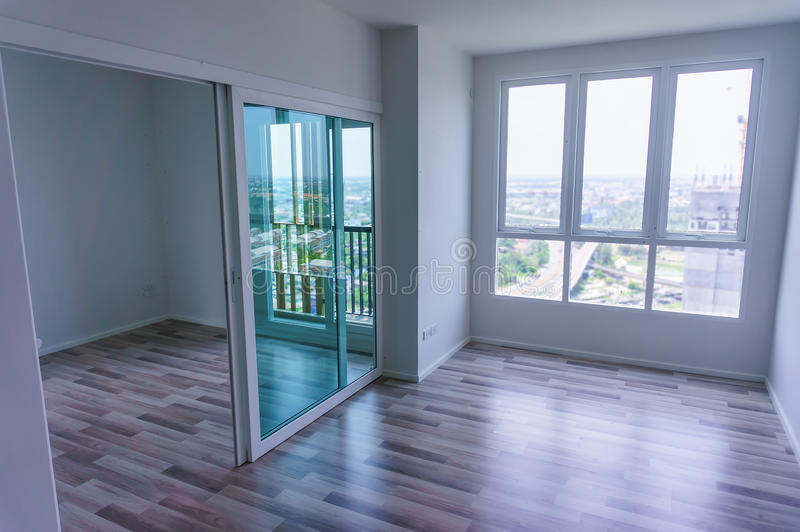 Vardagsrum - lägenhet med den träfönster och parketten fotografering för bildbyråer