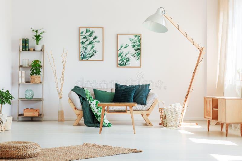 Vardagsrum med blom- motiv arkivbilder