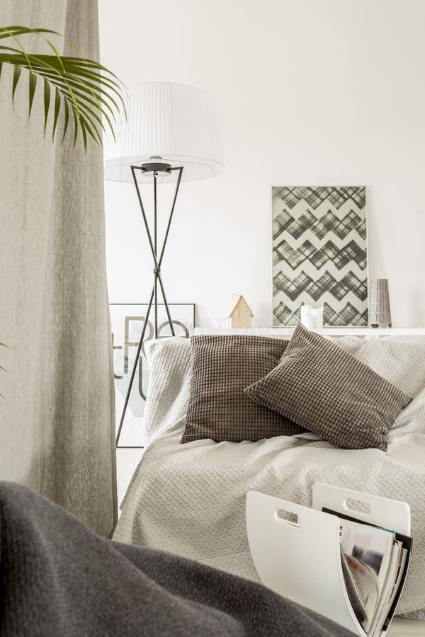 Vardagsrum med den bekväma soffan arkivbilder