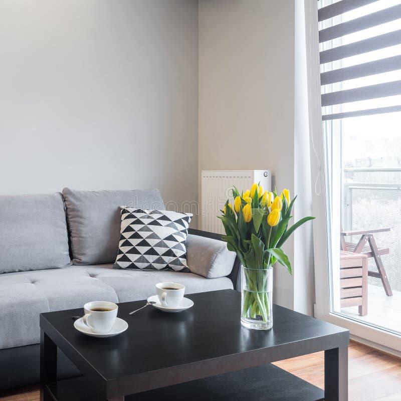 Vardagsrum med den bekväma soffan arkivbild