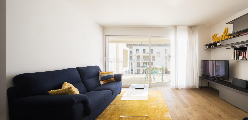 Vardagsrum med den blåa soffan arkivfoton