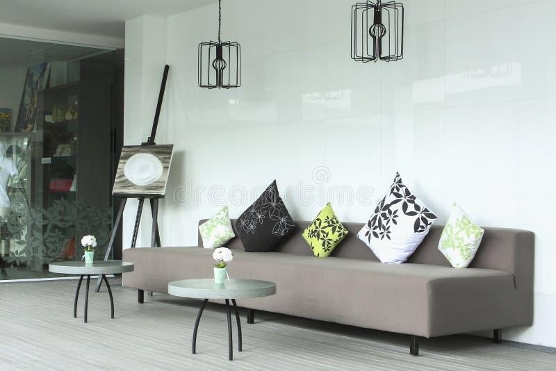 Vardagsrum med den moderna soffan arkivfoto