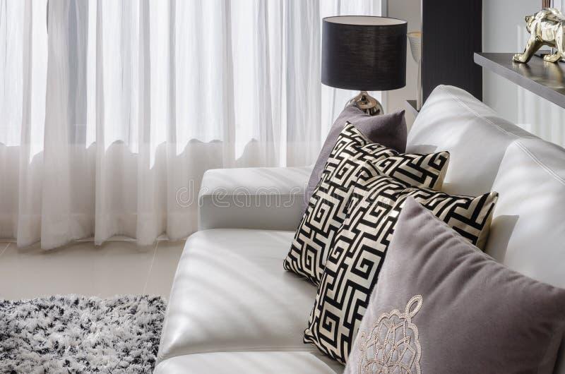 Vardagsrum med den svarta lampan och vitsoffan royaltyfria foton