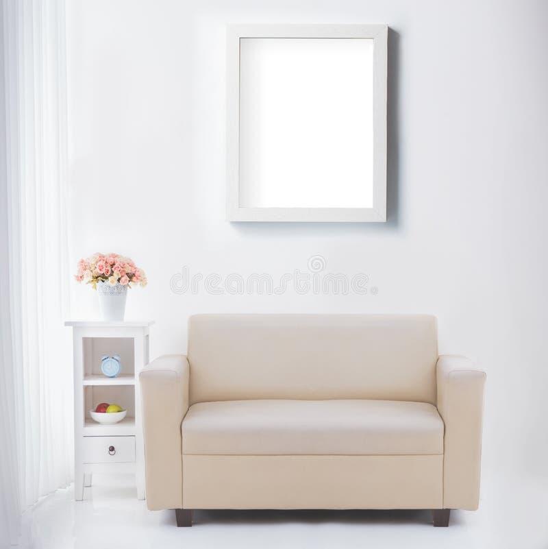 Vardagsrum med den tomma affisch- eller fotoramen fotografering för bildbyråer