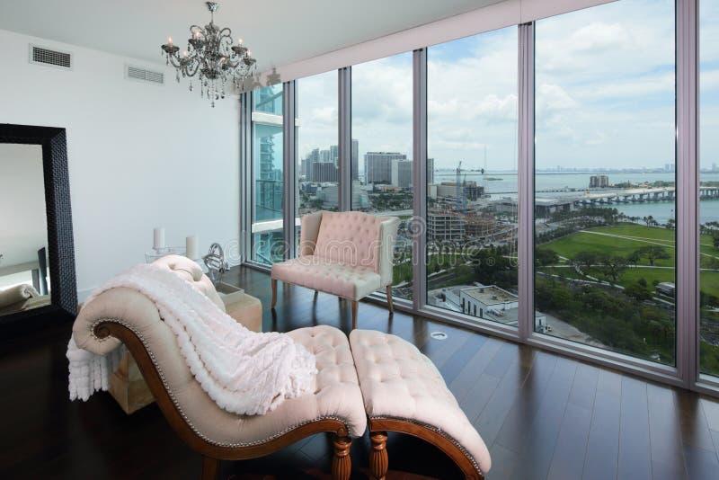 Vardagsrum med en sikt royaltyfri foto