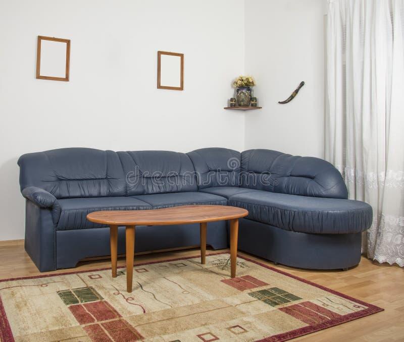 Vardagsrum med en soffa och en liten tabell royaltyfri foto