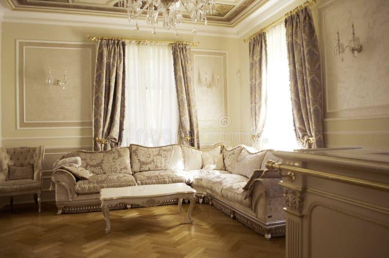 Vardagsrum med lyxigt möblemang och dekoren arkivfoto