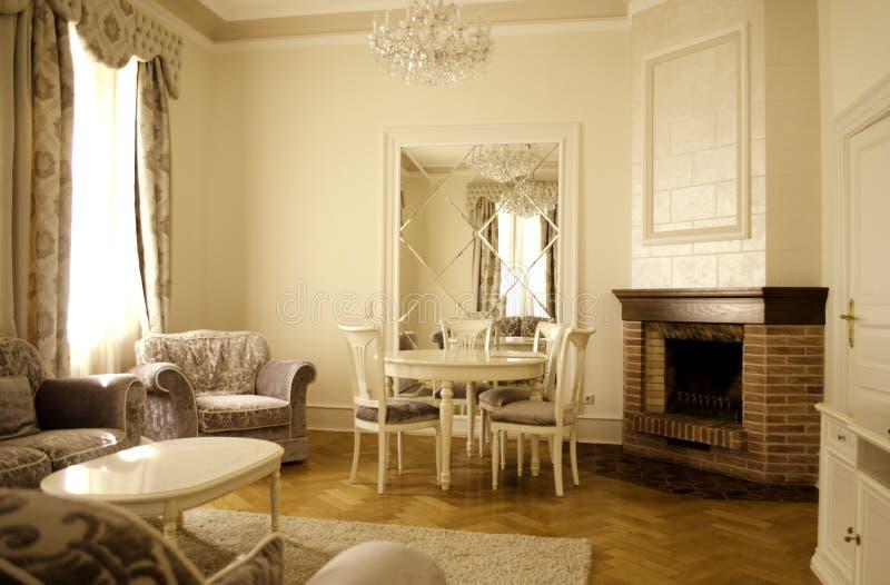 Vardagsrum med lyxigt möblemang och dekoren royaltyfria bilder