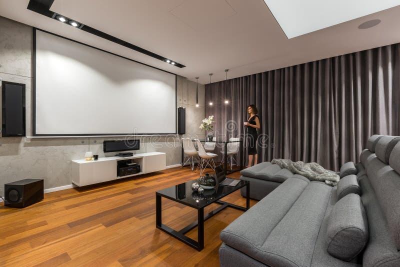 Vardagsrum med projektorskärmen royaltyfri bild