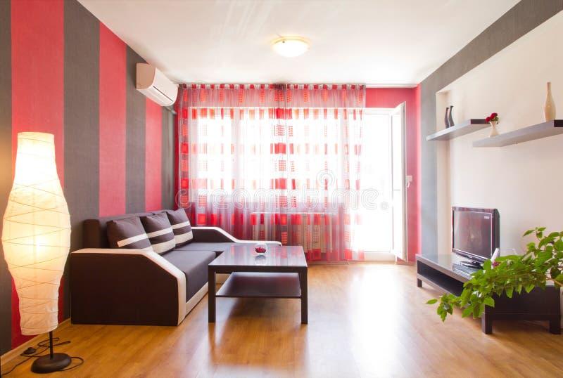Vardagsrum med svarta och röda randiga väggar royaltyfri foto