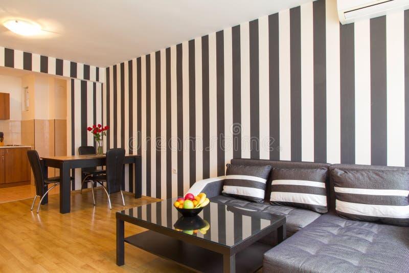 Vardagsrum med svartvita randiga väggar royaltyfria bilder