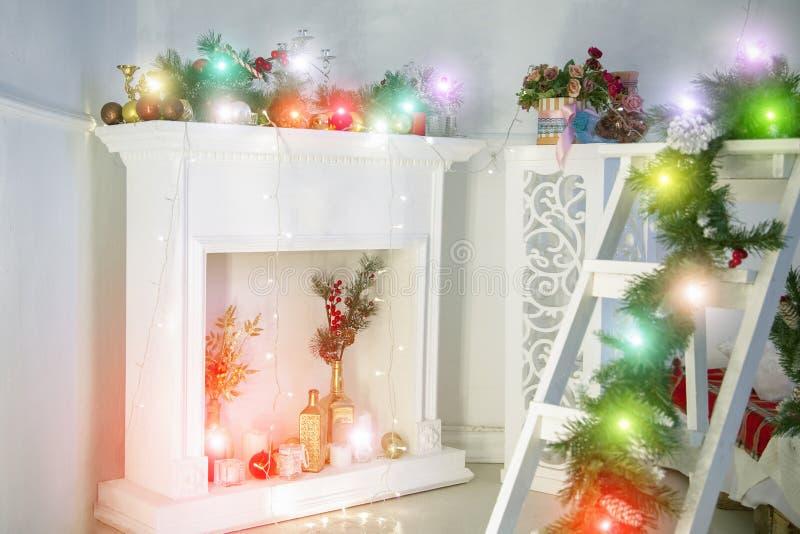 Vardagsrum som dekoreras för jul Härligt kort för julbakgrundshälsning arkivbilder