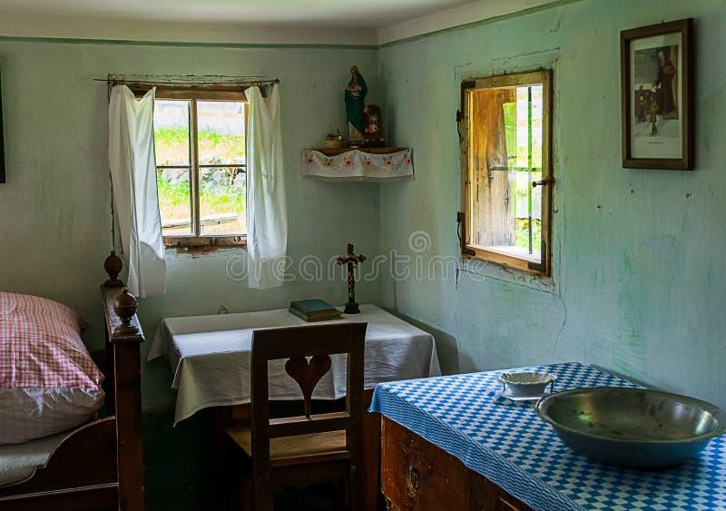 Vardagsrummet från en gammal lantgård har ett bönhörn fotografering för bildbyråer