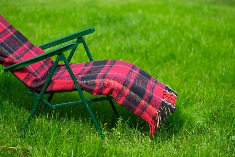 Vardagsrumplats och gräsmatta för grönt gräs i landssida arkivfoto