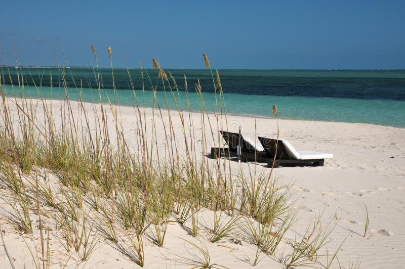Vardagsrumstolar på stranden i turker & Caicos royaltyfri bild