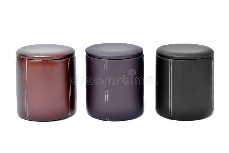 Vardagsrumstolstolar Tre piskar stolar av olika färger som isoleras på vit bakgrund arkivfoto