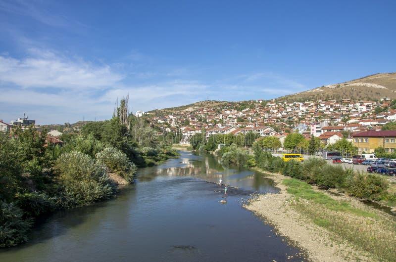Vardar flod i den Veles staden Makedonien royaltyfria foton