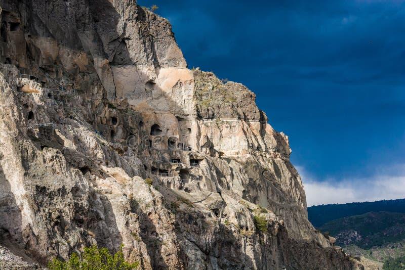 Vardzia, Georgia - 8 de mayo de 2017 Monasterio famoso de la cueva con vista que sorprende al valle foto de archivo libre de regalías