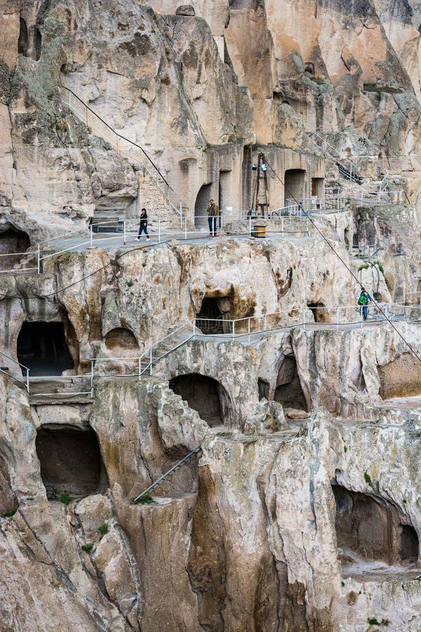 Vardzia, Georgia - 8 de mayo de 2017 Monasterio famoso de la cueva con vista que sorprende al valle imágenes de archivo libres de regalías