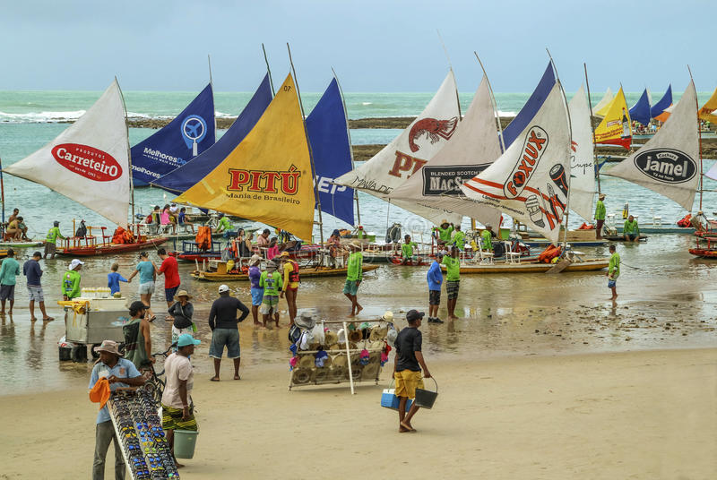 Vare con los barcos de vela típicos del Brasil de nordeste imagen de archivo libre de regalías