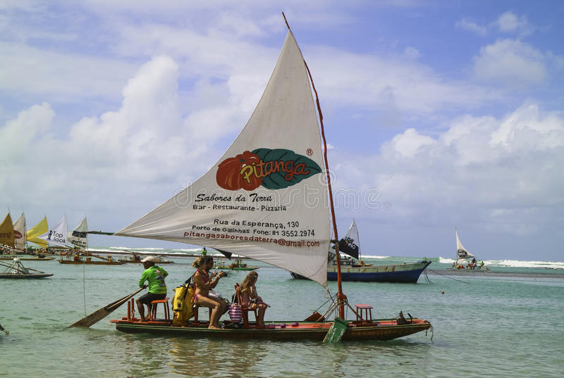 Vare con los barcos de vela típicos del Brasil de nordeste fotografía de archivo libre de regalías