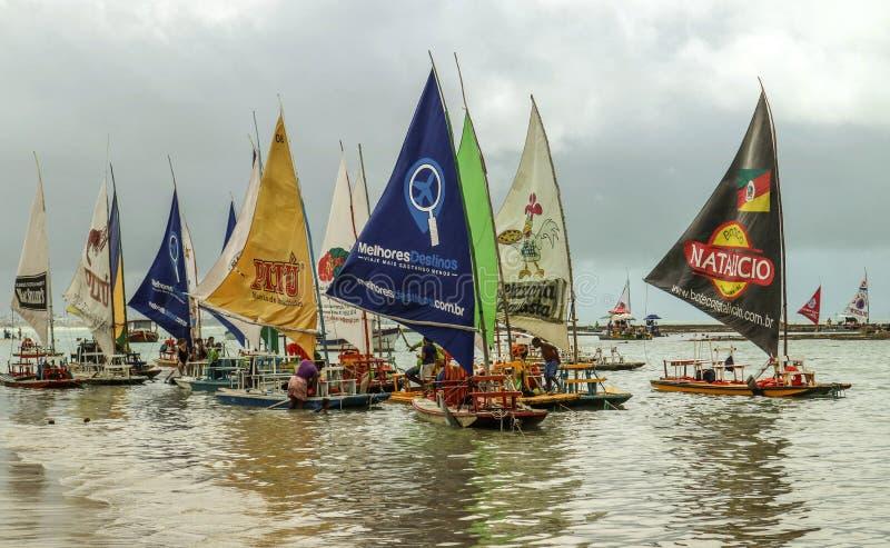 Vare con los barcos de vela típicos del Brasil de nordeste imagenes de archivo