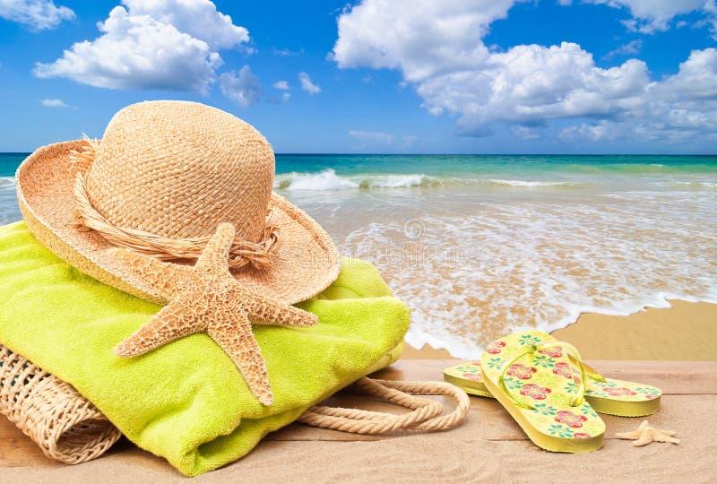 Vare el bolso con el sombrero de Sun imagenes de archivo