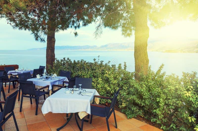 Vare el restaurante que iguala la luz suave de la puesta del sol en el tiempo de verano Hersonissos en Creta Grecia foto de archivo libre de regalías