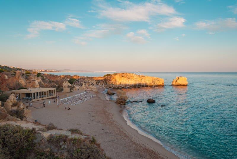 Vare en la costa de Algarve, verano en Portugal Puesta del sol fotografía de archivo